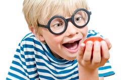 Netter blonder Junge u. Tomate Lizenzfreie Stockfotos