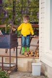Netter blonder kleiner Junge mit Grill Lizenzfreie Stockfotos