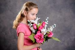 Netter blonder Mädchenblumenstrauß von Blumen Lizenzfreie Stockbilder
