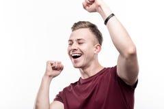 Netter blonder Mann, der froh tanzt Lizenzfreies Stockfoto