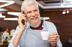 Netter blonder Mann, der pro Telefon spricht Lizenzfreie Stockbilder