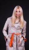 Netter blonder tragender Mantel Lizenzfreie Stockfotos