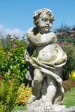 Netter botanischer Garten mit Statue Stockfoto