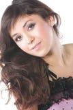 Netter Brunette im Rosa mit dem langen Haar Stockfoto
