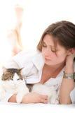Netter Brunette mit einer Katze Lizenzfreies Stockfoto