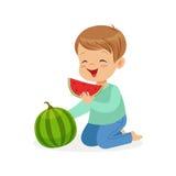 Netter Charakter des kleinen Jungen, der Wassermelonenkarikatur-Vektor Illustration essend genießt lizenzfreie abbildung