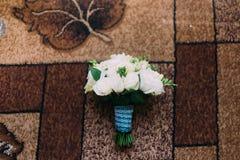 Netter dekorativer Blumenstrauß von schönen Blumen auf Bodenteppich mit geometrischem braunem Muster lizenzfreies stockbild