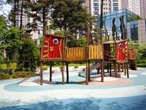 Netter Designspielplatz am Park Stockfotos