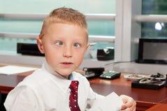 Netter doof Junge im Büro Stockfoto