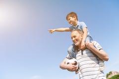 Netter Enkel und Großvater spielen im Park stockbilder