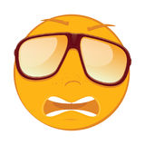 Netter erschrockener Emoticon in Sonnenbrille auf weißem Hintergrund Lizenzfreies Stockbild