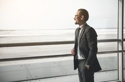 Netter erwachsener Mann, der positiv ist stockfoto
