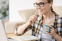 Netter Fernmanager, der on-line-Anruf unter Verwendung der Kopfhörer beantwortet lizenzfreies stockbild