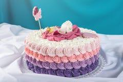 Netter festlicher rosa Kuchen verziert mit einer großen Blume wo Schlaf die kleine Prinzessin Nachtische für einen Geburtstag Lizenzfreie Stockfotos