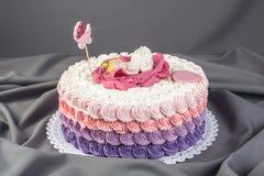 Netter festlicher rosa Kuchen verziert mit einer großen Blume wo Schlaf die kleine Prinzessin Nachtische für einen Geburtstag Stockfoto