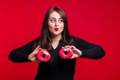 Netter fetter Brunette hat den Spaß, der mit köstlichen Schaumgummiringen aufwirft plus Stockbilder