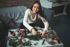 Netter Floristen-Woman Making Christmas-Kranz lizenzfreie stockfotos