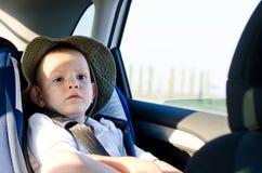 Netter Fluggast des kleinen Jungen in einem Auto Stockfotos