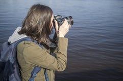 Netter Frauenphotograph mit Kamera in den Händen Lizenzfreies Stockbild