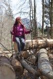 Netter Frauenwanderer, der im Gebirgswald stillsteht Lizenzfreie Stockfotos
