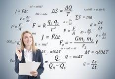 Netter Frauenwissenschaftler und ihr Physikpapier Lizenzfreie Stockfotografie