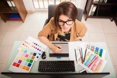 Netter freiberuflich tätiger Designer bei der Arbeit Lizenzfreies Stockfoto