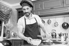 Netter Frischgemüsesalat der Chefbehandlung mit Olivenöl lizenzfreie stockfotografie