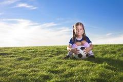 Netter Fußballspieler des kleinen Mädchens Stockfoto