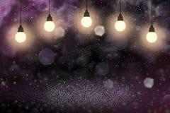 Netter funkelnder Funkelnlichter defocused bokeh abstrakter Hintergrund mit Glühlampen und fallende Schneeflocken fliegen, festal stock abbildung