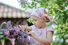 Netter Garten der Kindermädchenausschnitt-Fliedern im Frühjahr Lizenzfreies Stockbild