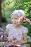 Netter Garten der Kindermädchenausschnitt-Fliedern im Frühjahr Stockbilder