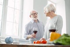 Netter gealterter Mann, der Wein genießt stockbilder