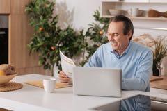 Netter gealterter Mann, der zu Hause Morgen genießt lizenzfreie stockbilder