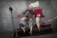 Netter Geck drei mit ihrem Vati, der Piraten spielt stockfoto