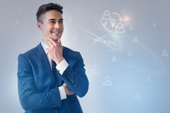 Netter Geschäftsmann ist, ausdrückend stehend und Freude stockbilder