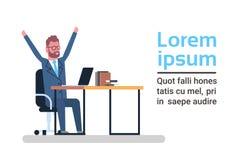 Netter Geschäftsmann mit den angehobenen Händen, die am Laptop-Computer Sit At Office Desk Over-Schablonen-Weiß-Hintergrund arbei lizenzfreie abbildung