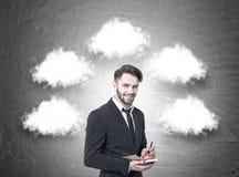 Netter Geschäftsmann mit einem Planer, Gedanke bewölkt sich Lizenzfreie Stockfotos
