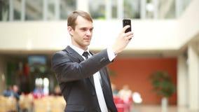 Netter Geschäftsmann unter Verwendung des Handys, zum des Fotos von zu machen stock video