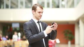Netter Geschäftsmann unter Verwendung des Handys, zum des Fotos von zu machen stock footage