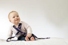 Netter glücklicher Babychef, der über sortierter Bindung trägt Stockfotos