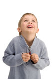 Netter glücklicher Junge, der oben schaut und etwas wunderbar erwartet Stockfoto