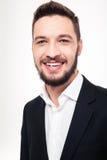 Netter glücklicher junger Geschäftsmann im schwarzen Anzug und im weißen Hemd Stockfotografie