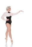 Netter glücklicher junger Tänzer im Korsett u. in der Fliege, Gesten in Richtung zu Lizenzfreies Stockbild