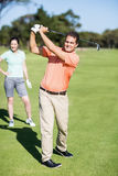 Netter Golfspieler, der Schuss nimmt Lizenzfreies Stockfoto
