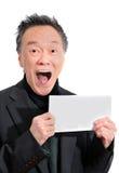 Netter grauer Senior, der gute Nachrichten des Altersrenteeinkommens empfängt stockbilder