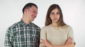 Netter gut aussehender Mann, der über seine gestörte Freundin, lokalisiert lacht stock video footage