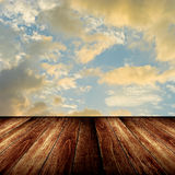 Netter hölzerner Fußboden mit Sonnenunterganghimmel Stockfoto