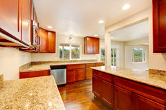 Netter hölzerner Küchenrauminnenraum mit Granitgegenoberteilen Stockbild