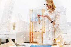 Netter Ingenieur, der ein Foto von ihrer Skizze macht lizenzfreie stockfotografie