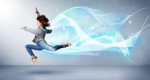 Netter Jugendlicher, der mit abstraktem blauem Schal um sie springt lizenzfreies stockbild
